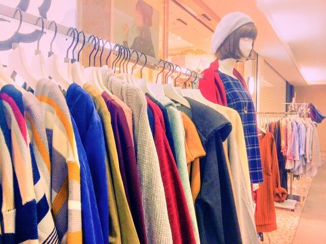 アパレルショップでハンガーラックにかけてある大量の服