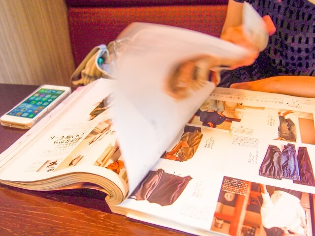 ファッション雑誌をめくる瞬間