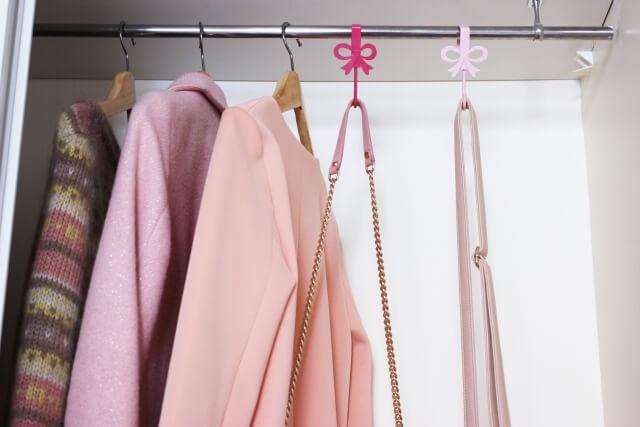ピンクのジャケットとカットソーが収納してあるクローゼット