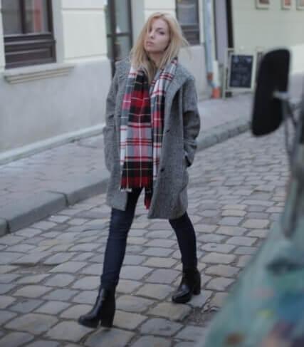 石畳の通路を歩く金髪の外国人女性